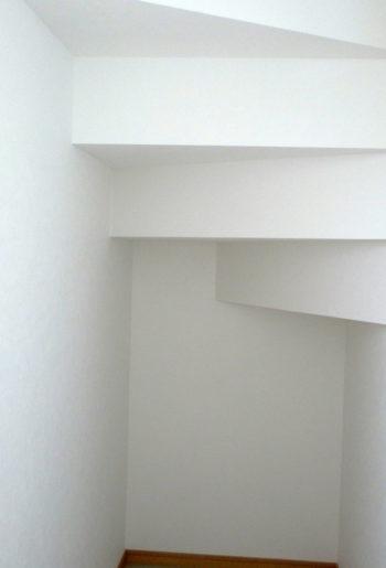 階段下のスペースは、収納にして有効活用。 デッドスペースをつくりません。