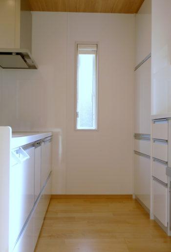 これからの『暮らし』が楽しみになるキッチン。 収納はもちろん、明るさも取り入れて。