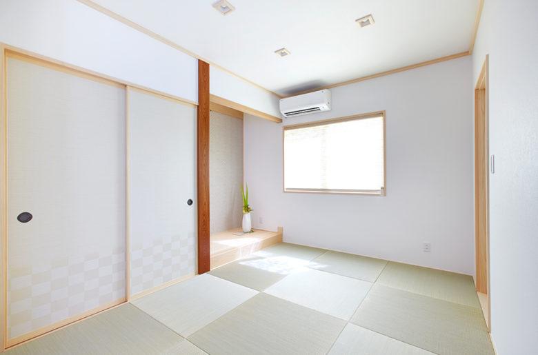 白壁のモダンな和室。 リビングからの入口はサッシの引き戸で、テイストを合わせています。五月飾りを置けるように床の間は広めに。