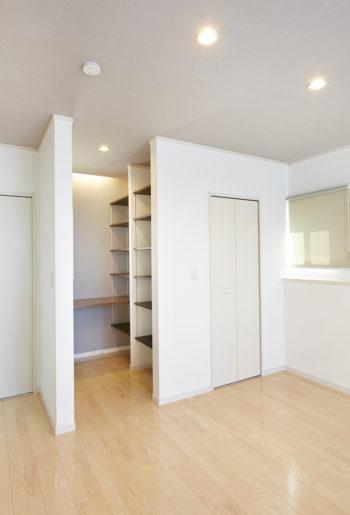 2階の寝室に設けた書斎は、ご主人のリクエスト。 収納量も十分です。