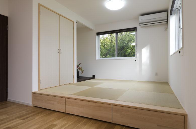リビングとつながる和室は段差をつけ、リビングの腰掛スペースに。その下は季節のものを片付けられるように収納として活用。