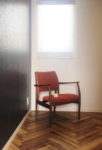 空間をデザインするヘリンボーンの床。上質感を楽しんで。