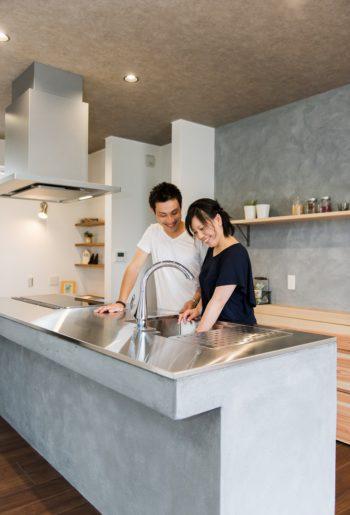 モルタルのオーダーキッチンは奥様のお気に入り。艶のあるステンレスのシンクやドイツ製の水栓などこだわりを詰め込んだ空間。