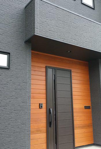 玄関周りはレッドシダー。目を引く素材感と美しい木目が印象的。