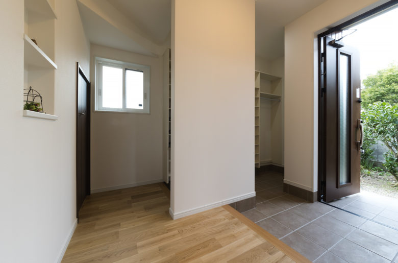 二つに分けた広々玄関。家族用にはシューズクローク、収納を設けすっきりと心地よく!