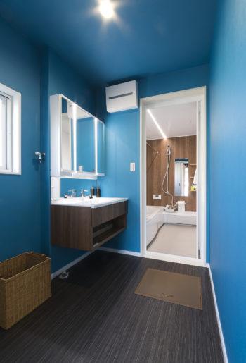 プライベート空間の洗面室は、個性的なブルーのクロスで遊び心をプラス。 お気に入りの洗面台に合わせて空間を演出。