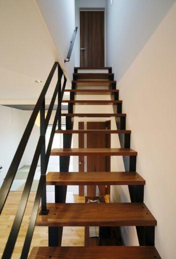 木と鉄のコラボレーション。抜け感が素敵なアイアンの階段