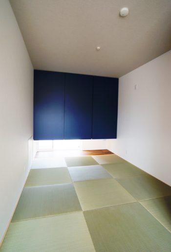 琉球畳が織り成す、和の空間。吊押入のブルー扉が印象的。