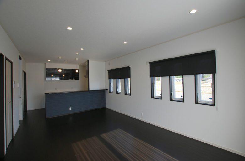 モノトーンで構成された空間。窓枠にあえてダークブラウンをセレクトし、白い壁のアクセントに。