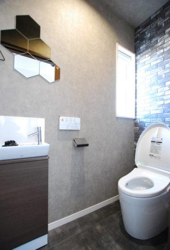 こだわりのミラーで印象的なトイレ。色彩バランスも抜群!