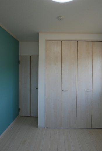 子ども室は明るくホワイトでまとめて。アクセントのブルーグリーンが印象的。