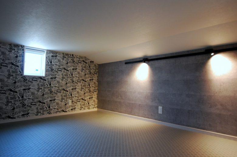 小屋裏を利用しての特別な空間。モルタル柄×個性的なデザインのクロスをあわせて。