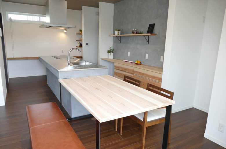 スギの木とアイアンのオーダーテーブル。奥の調理台はご主人の力作!手作りならではの味わいを楽しんで。