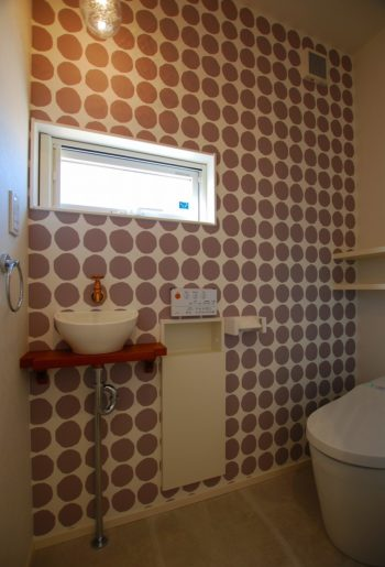 お気に入りのマリメッコのクロスとのホワイトの手洗い場で、まとまりのある空間に。