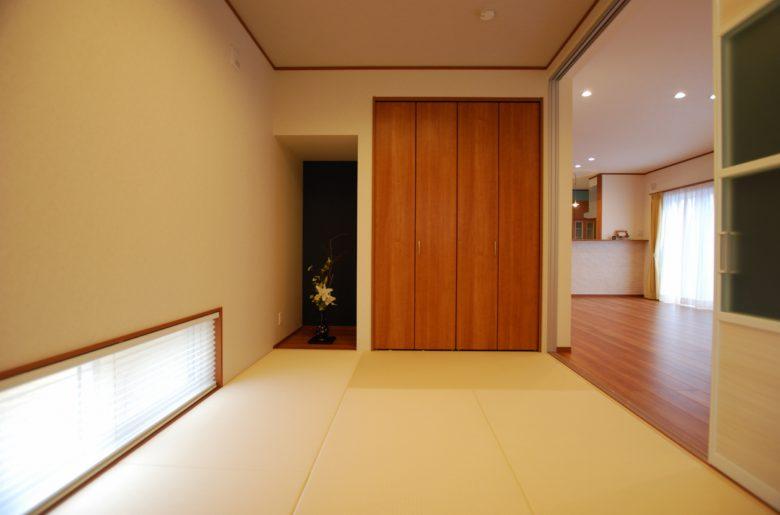 色味をおさえることで、洋風な雰囲気の中に自然と溶け込む畳コーナーが完成。
