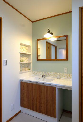 毎日使う場所だからこそ、洗面カウンターに奥様こだわりのタイルを。