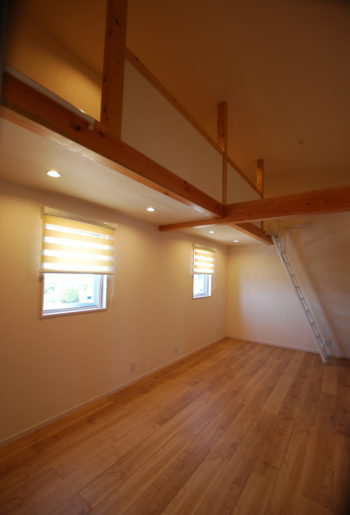 勾配天井を利用して作った子供部屋のロフトは、ちょっとした秘密基地のよう♪将来は二部屋に間仕切りも可能。