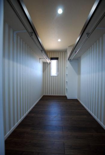 4帖もの広さを確保したWICは収納力抜群。左右対称の造りは、生活スタイルや季節に合わせて使い分けができる。