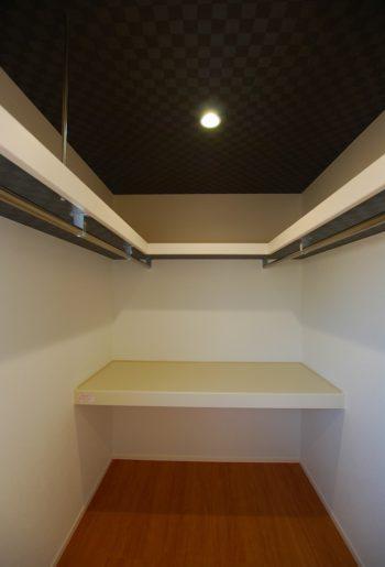 WICは余裕の収納量。天井の落ち着いた色のアクセントクロスはご主人のこだわり。