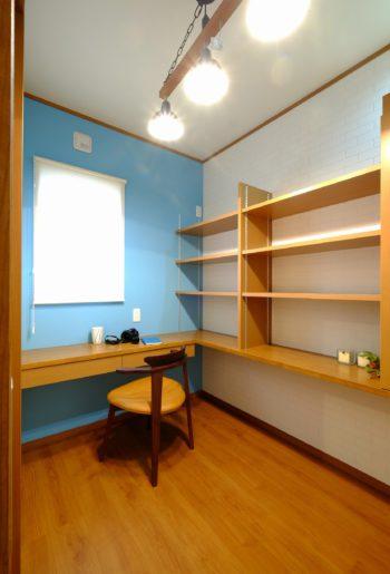 ご主人の書斎には造作棚を設置。窓の景色を楽しんだり、PCや読書など自分時間が過ごせそう。