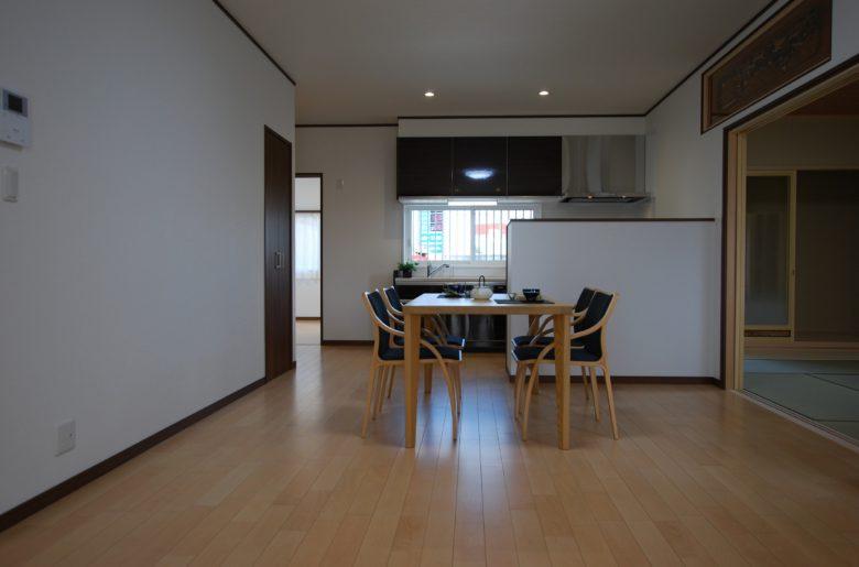 ご両親様のお部屋は明るい色味の床でまた違った印象に。床暖完備で寒い冬も暖かく。隣接する和室と繋がっており、上部には既築の欄間をあしらっている。