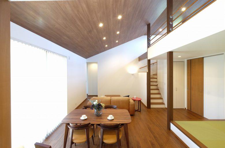 伸びやかな勾配天井。床と天井の色目をあわせて。