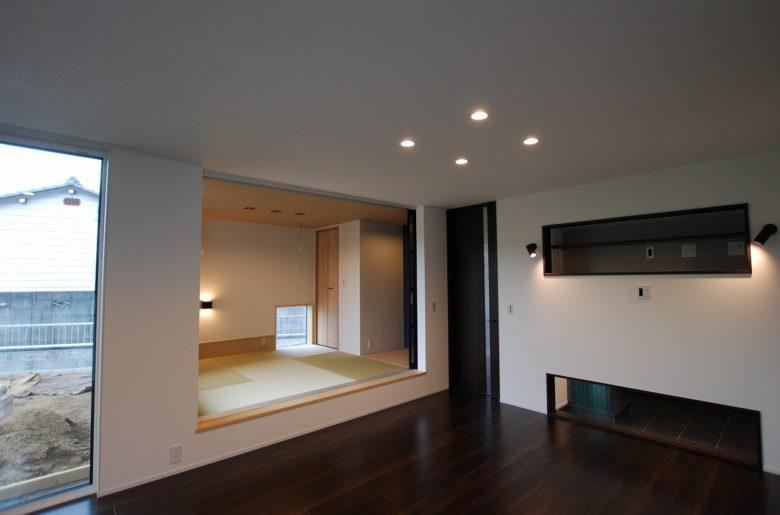 小上がりの和室もデザインの一部。壁に引き込まれたパーティションで用途にあわせて開閉できる。