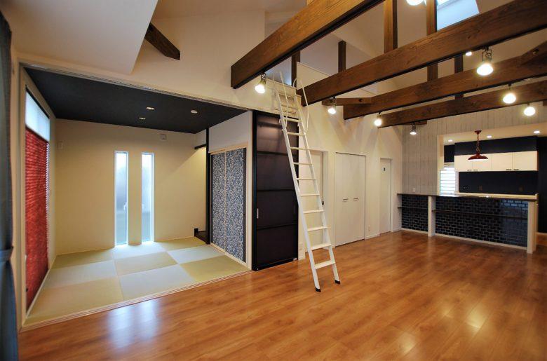 リビングのドアをくぐると開放的な大空間!平屋の小屋裏を活かした化粧梁が圧巻。
