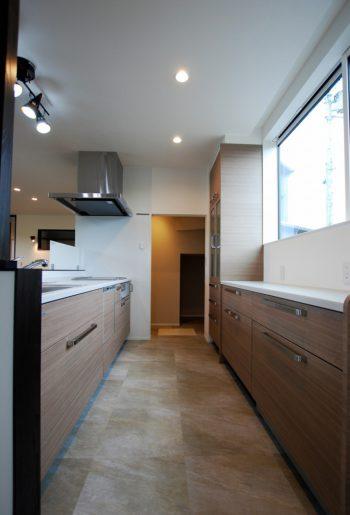 明るいキッチン。天井いっぱいにつけた窓が外からの視界を遮りながら光を取り入れる。