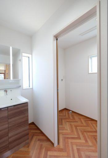 洗面脱衣室の横に広々としたランドリースペース。洗う・干す・しまうの動線が最短で!