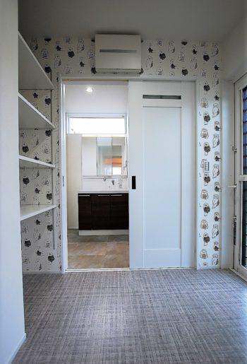 フクロウ柄がなんとも愛おしい脱衣室。洗面と別に設けることで動線を分けて。