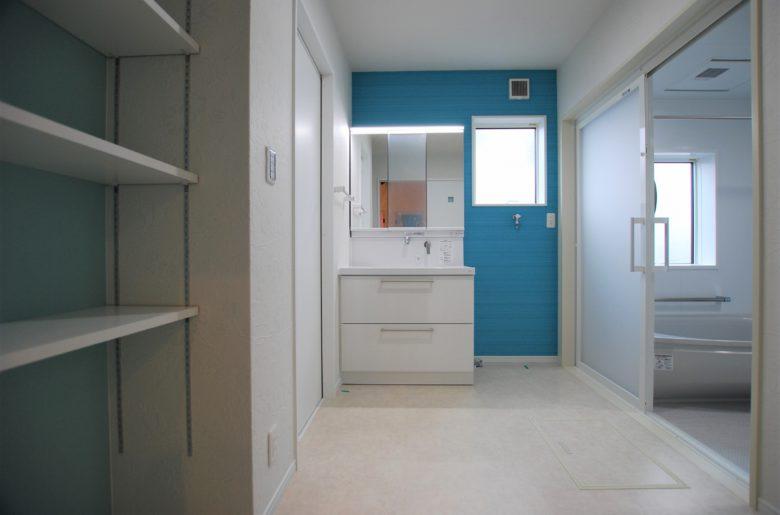 爽やかなホワイト×ブルーの洗面脱衣室。