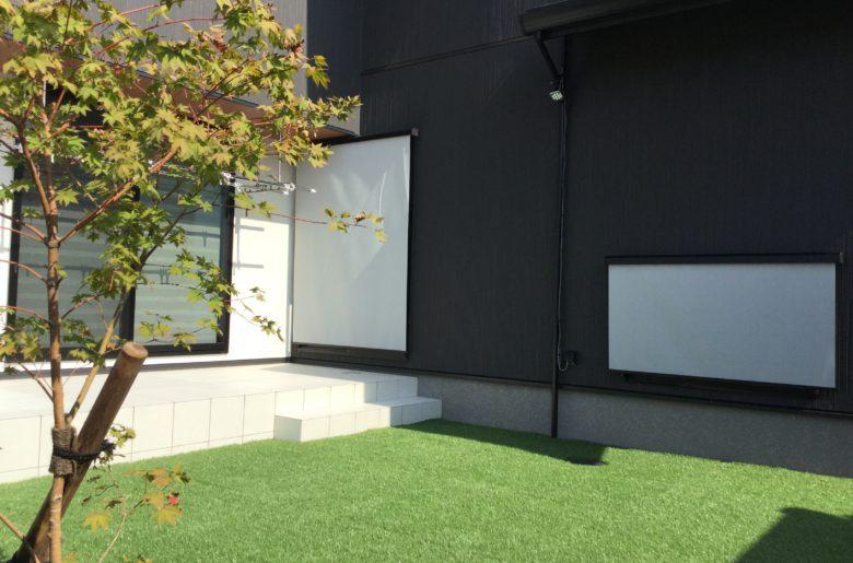 建物をL型に配置することで、実現したプライベート空間。 リビングからつながる広いタイルデッキは多目的に使えて便利。