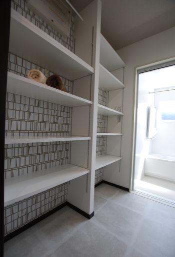 ホワイトを基調としたアクセントクロスで清潔感あふれる広い洗面脱衣室には、便利な可動棚を。