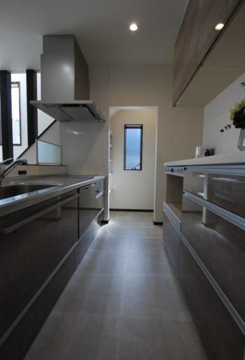 キッチンの奥は収納豊富なパントリー。 床はお掃除が楽にできるようにとフロアタイルを選択。