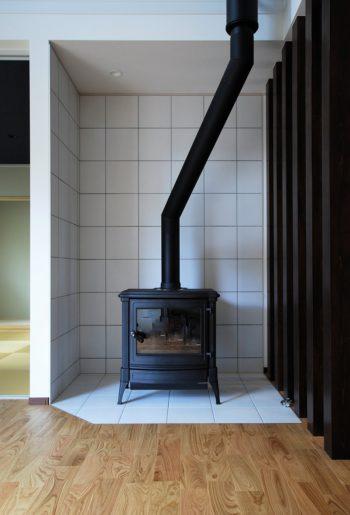家の中心には暖炉をチョイス。本物のもつ質感には代えられない。