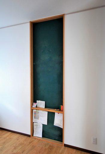 マグネットペイントと黒板塗料を重ねて。チョークで書けて、磁石でもくっつくコミュニケーションウォールの完成!中段にはチョークも置ける棚を設けて。