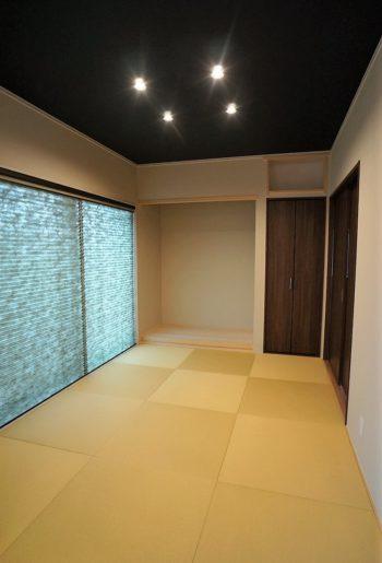 ダークの天井がスタイリッシュな和室。半畳畳ですっきりと。