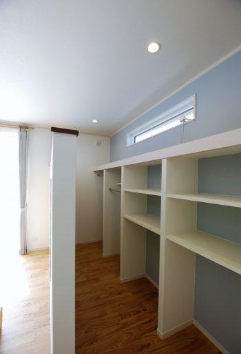壁掛けのリビング裏には、大容量の収納スペース。アクセントカラーのブルーグレーがとっても印象的!