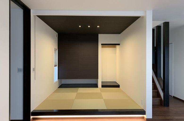リビングと段差をもうけ、モダンな琉球畳と、足元に照明を入れて、趣のある上質な和室へ。