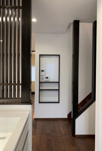 リモコンニッチ、格子、階段の化粧柱の色味と配置が絶妙。