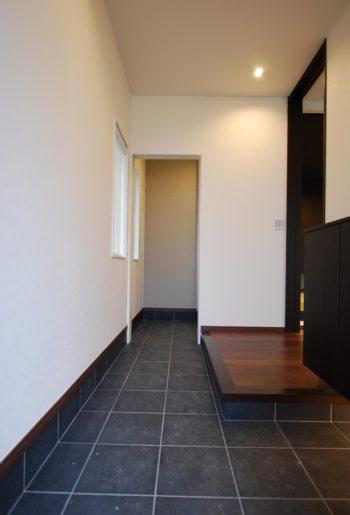 玄関を入ると、奥の収納まですっきりと続く土間。土間を広くとることで伸びやかなエントランスに。