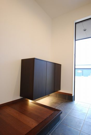 フロートタイプのシューズボックスで玄関に広がりを。 シンプルさがちょうど良い。