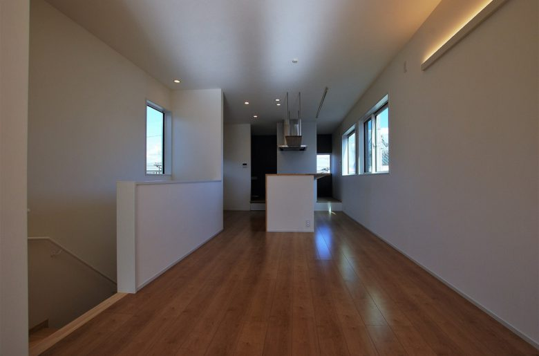 立地を最大限に活かして広く取られたリビングキッチンは白いクロスで統一。間接的な明かりが心地よい。