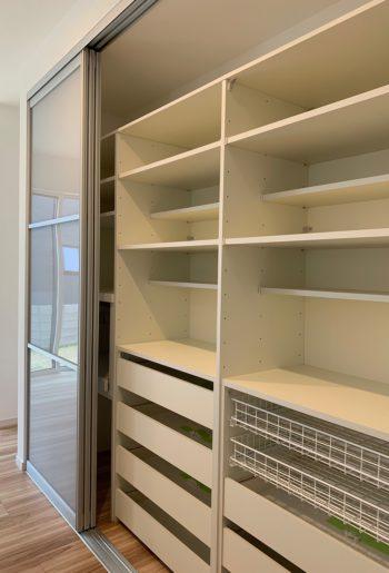 収納力抜群、使い勝手の良い食器棚をキッチンに。 可動棚になっているので、用途に合わせて動かせるのが魅力。
