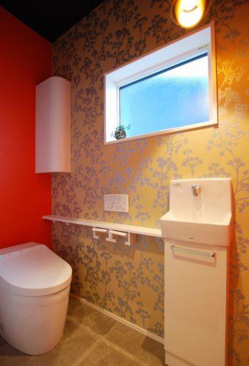 鮮やかなアクセントクロスが目を惹くトイレ。 コンパクトな空間こそ、思いっきり遊び心を。