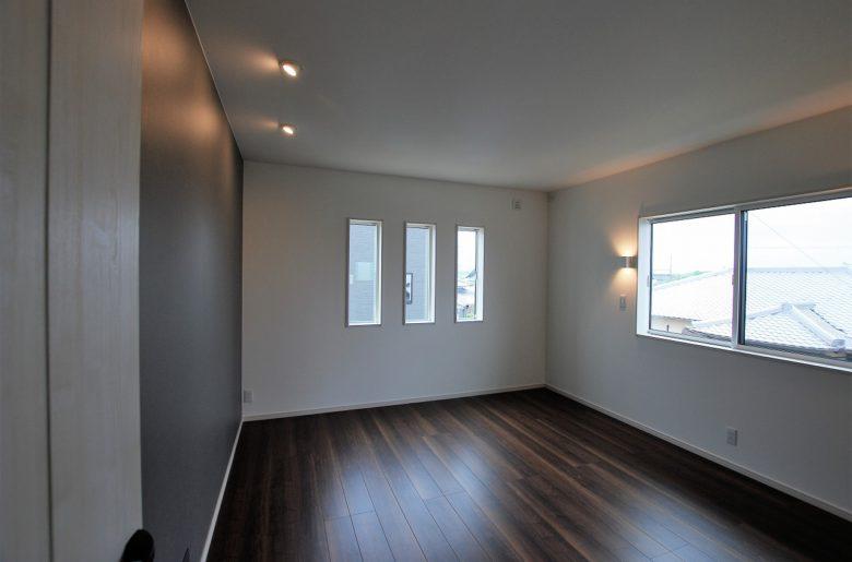 落ち着いたトーンがくつろぎを与える寝室。 壁をそっと照らす照明の位置も絶妙な配置。