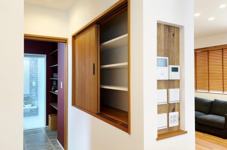 キッチン横には、スッキリ暮らせるリモコンニッチ。 奥のお風呂場へと続く通路には抜群の収納力を設け、生活をより快適に。