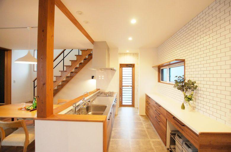 奥様こだわりのキッチン。  キッチンの天板はステンレス、周辺は木調でまとめて、カフェを思わすお洒落な装いに。