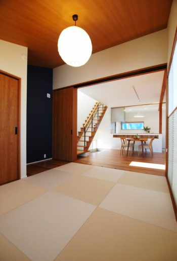 和室からの眺め。 仕切り扉は、従来のレールではなく、マグネットタイプ。 引戸が通る時だけ、床面のガイドピンがマグネット吸着により浮上して、振れ止めとなる優れものを採用。